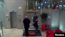 Видео c камеры наблюдения, на котором изображён мужчина, открывший стрельбу в офисе газеты Liberation