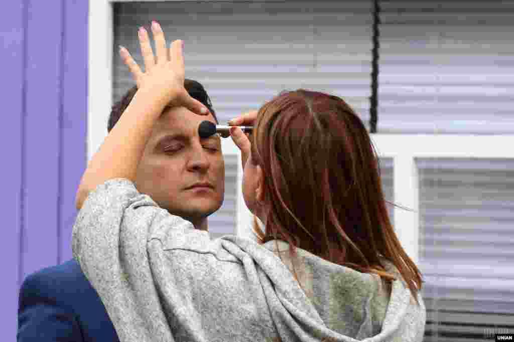 Актор «Студії Квартал 95», режисер та головний герой фільму «Я, ти, він, вона» Володимир Зеленський під час гриму перед зйомками фільму у Львові. 10 вересня 2018 року