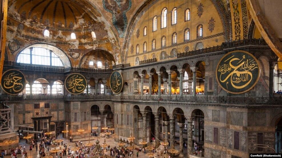 نمایی از مسجد ایا صوفیه در استانبول که نامهای شخصیتهای برجسته اسلام، از جمله عمر، علی، حسن و حسین، بر آن نقش بسته است.