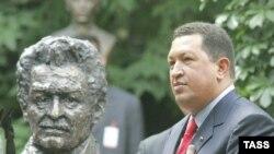 Уго Чавес (справа) настроен продолжить дело Симона Боливара (слева) и в XXI веке