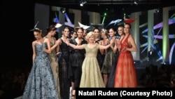 Наталі Руден (в центрі) на презентації своєї колекції, 2016 рік