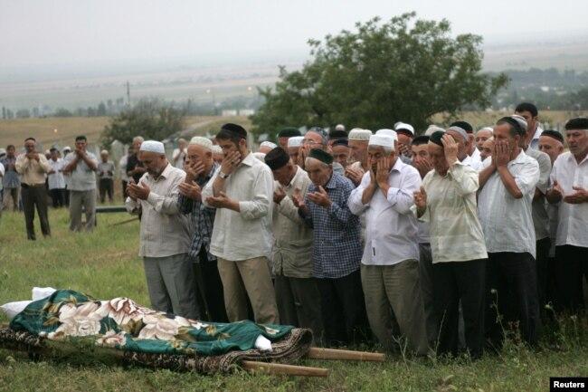 Похороны Натальи Эстемировой в Чечне. Фото: Reuters