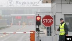 У въезда на территорию московского аэропорта Внуково. Иллюстративное фото.