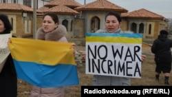 Під час однієї з акцій кримських жінок проти війни й окупації, за мир та єдність України, Сімферополь