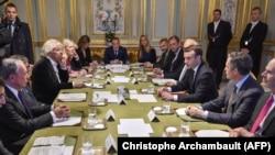 Президент Франции Макрон с американскими и британскими бизнесменами