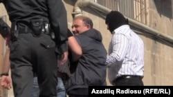 Полицейлер журналист Рауф Миркадировты әкетіп барады. 6 мамыр 2014 жыл.