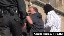 Arxiv fotosu: MTN əməkdaşları jurnalist Rauf Mirqədirovu saxlayarkən.
