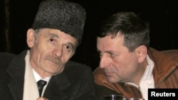 Crimean Tatar leaders Akhtem Chiygoz (right) and Mustafa Dzhemilev (file photo)