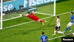 Mesut Ozil duke shënuar gol në një ndeshje të turneut Euro 2016.