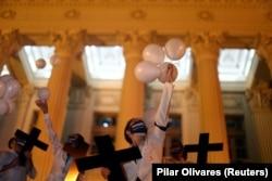 Врачи Рио-де-Жанейро на церемонии прощания со своими коллегами, заразившимися на работе и умершими от COVID-19. 18 мая 2020 года