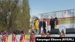 Билим фестивалынын ачылыш аземинде. Роза Отунбаева, Раиса Атамбаева, Кубанычбек Кулматов