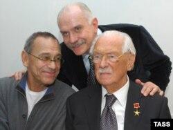 Andrey Konchalovsky atası rus şairi Sergey Mikhalkov və qardaşı Nikita Mikhalkovla birlikdə.