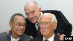 Sergei Mihalkov cu fiii săi, regizorii Andrei Konchalovsky și Nikita Mihalkov în 2008