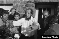 Александр Солженицын сразу после выдворения из СССР в доме Генриха Белля близ Кельна. 14 февраля 1974 года.