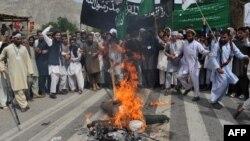 Əfqanıstanda ABŞ Prezidenti Barack Obamanın müqəvvasını yandırırlar, 15 aprel 2013