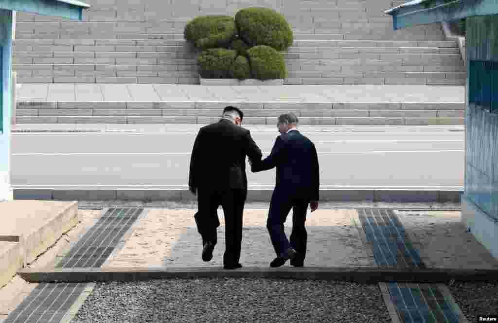 Саммит провели вблизи демаркационной линии, разделяющей два государства. Мун Чжэ Ин и Ким Чен Ын пожали друг другу руки у демаркационной линии. Мун сказал: «Рад встрече». Затем они пересекли проложенную по земле бетонную пограничную линию, после чего Ким Чен Ын неожиданно попросил президента Южной Кореи пересечь линию границы еще раз, с юга на север. После этого лидеры вернулись в южную часть демилитаризованной зоны и снова переступили через бетонную линию, шириной около полуметра