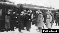 Член большевистского руководства Лев Каменев (в центре) и немецкие офицеры на вокзале в Бресте, 1918 год