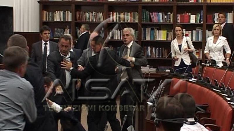 ВИДЕО: Тепачка во македонското собрание