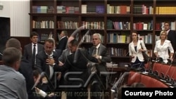 Тепачка во македонскиот парламент меѓу пратеници од партиите ДПА и ДУИ.