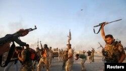 متطوعون في قوات الحشد الشعبي يحتفلون بفك الحصار عن مدينة آمرلي