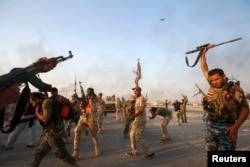 Шиит жасақтары Амерли қаласын азат еткендерін мерекелеп, аспанға оқ атып тұр. Ирак, 1 қыркүйек 2014 жыл.