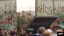 Ламання Берлінської стіни неподалік Потсдамської площі, 11 листопада 1989 р.