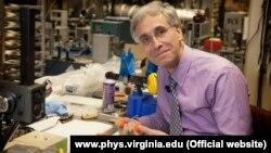 Fizik Louis Bloomfield.