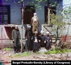 Egy fehér szakállú mullah a tanítványaival Batumi mellett. A Fekete-tenger partján elterülő várost a Török Birodalom hódította meg 1547-ben, és sok helyi áttért az iszlámra még azelőtt, hogy az orosz és grúz erők 1878-ban visszafoglalták volna.