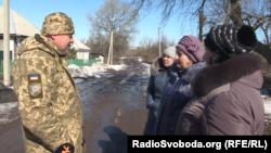 Зайшовши в село, українські військові допомагали місцевим жителям