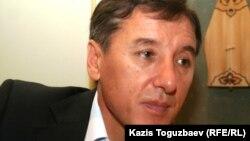 """Сопредседатель Общенациональной социал-демократической партии """"Азат"""" Болат Абилов. Алматы, 18 октября 2010 года."""