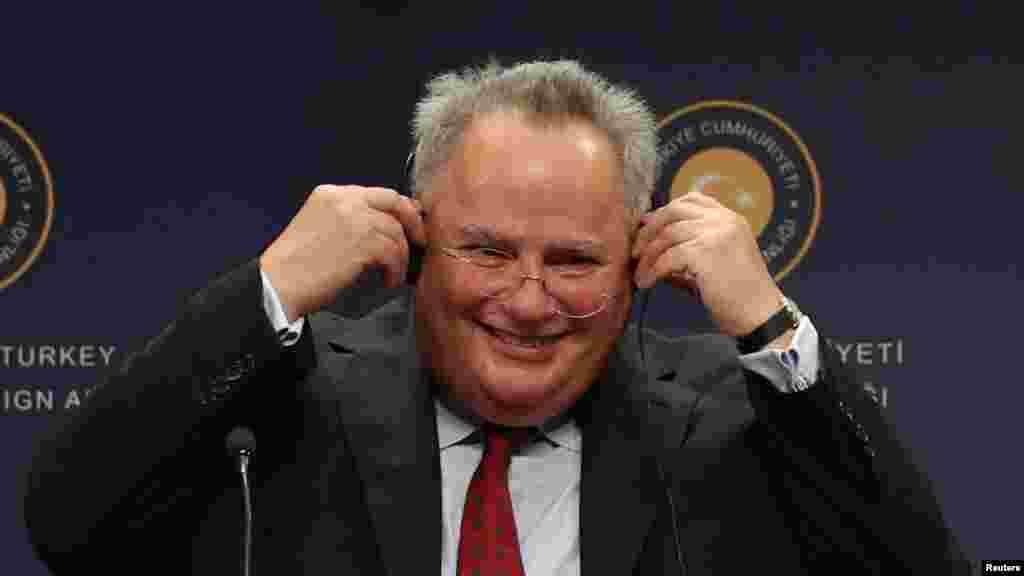 МАКЕДОНИЈА / ГРЦИЈА - Грчкиот министер за надворешни работи Никос Коѕијас наредната недела ќе дојде во посета на Скопје, одговорија од МНР за Радио Слободна Европа. Се очекува Коѕијас на шефот на македонската дипломатија Никола Димитров да му ја предаде нацрт-стратегијата која ја подготви Грција за решавање на прашањето за спорот за името.