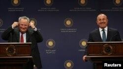 Турскиот министер за надворешни работи Мевљут Чавушоглу со неговиот грчки колега Никос Коѕиас
