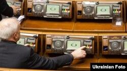 В сентябре депутатам Верховной рады, возможно, снова придется выбирать, на какую кнопку нажимать, голосуя за языковой закон