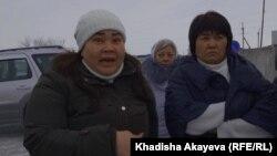 Муниципалдық автопарк жұмысшылары еңбек құқығының бұзылғанына шағым айтып тұр. Шығыс Қазақстан облысы, Семей, 26 желтоқсан 2019 жыл.