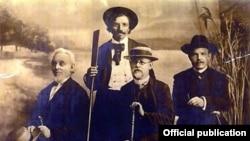 Фота (зьлева направа): Мэндэле Мойхер-Сфорым, Шолам-Алейхэм, Мардэхай (Рабіновіч) Бэн-Амі і Хаім Нахман Б'ялік.