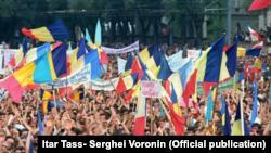 Crearea Frontului Popular din Moldova Miting organizat de Frontul Popular din Moldova cerînd noi legi care să declare limba moldovenească limba oficială a statului, iunie 1989 (Itar Tass- Serghei Voronin)
