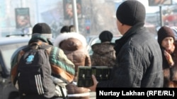 Диспетчер на автобусной остановке. Алматы.