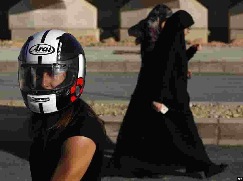 """В Ливане всего около 500 женщин-байкеров. Большая часть из них живет в столице, где общество не столь консервативно. """"Обычно, когда я еду по городу, люди смотрят на меня с одобрением"""", – Грэйс Кассаб из Бейрута."""