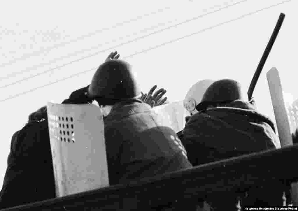 """В Мемориале открылась выставка """"Москва, 1993. Четырнадцать дней осени"""", на которой представлены работы фотографа Дмитрия Борко из фотоальбома """"1991/1993""""."""