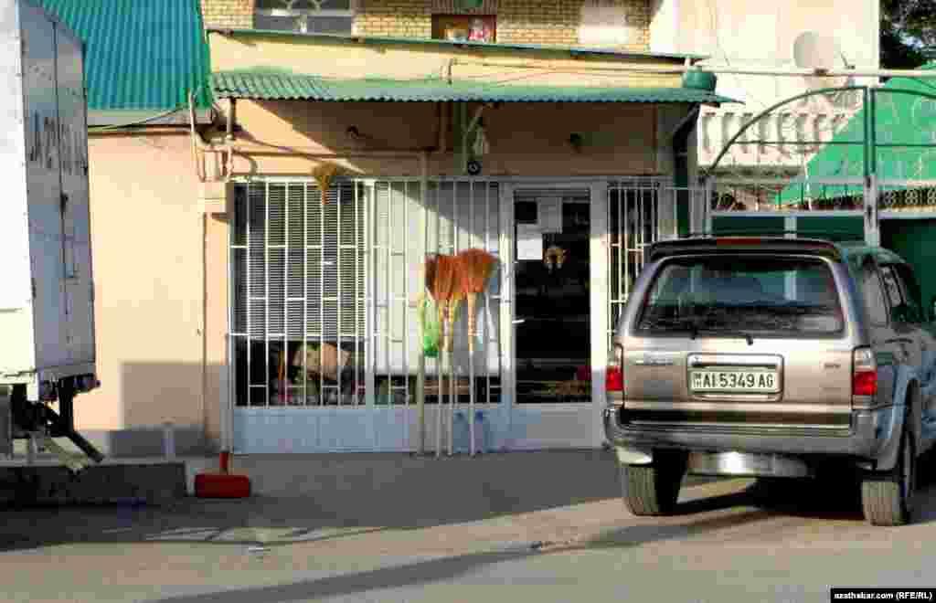 Paýtagtyň Sewastopol köçesiniň ugrundaky dükanlaryň birinde satylýan sübseler.