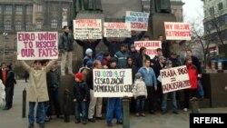 Чехиядағы қазақ босқындарының наразылық шарасы. Прага, 7 ақпан 2009 жыл. (Көрнекі сурет)