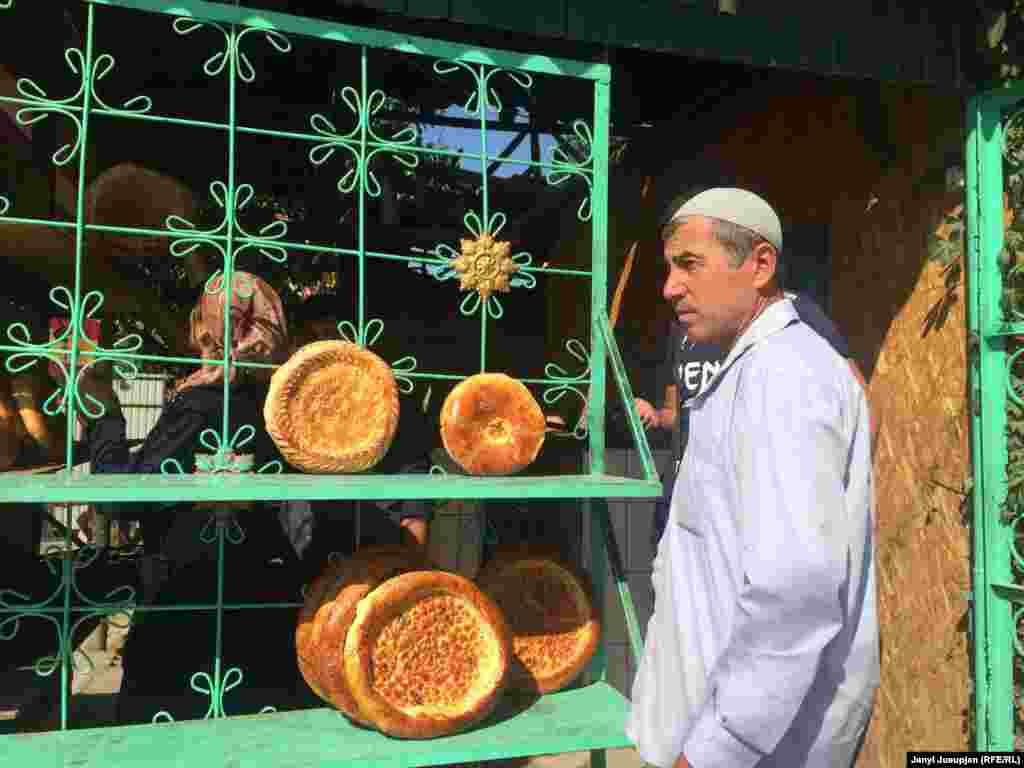 Пекарня в центре Уч-Коргона. В селе с населением около 30 тысяч, таджики составляют более половины. Это самая крупная таджикская диаспора в Кыргызстане.