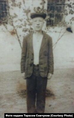 Анатолій Вознюк у трудовій колонії, травень 1950 року. На звороті фото зазначено: «На довгу пам'ять дорогій мамі»
