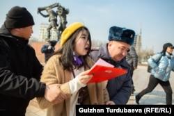Polițiști care arestează o protestatară în timpul manifestației de Ziua Internațională a Femeii, în Bișkek, Kîrgîzstan. Circa 70 de persoane au fost reținute, inclusiv jurnaliști și activiști pentru drepturile omului. (Gulzhan Turdubaeva, RFE/RL)