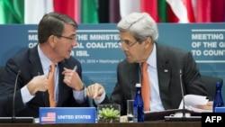 John Kerry (djathtas) dhe sekretari amerikan i mbrojtjes, Ash Carter, duke e kryesuar takimin në Uashington të ministrave të vendeve të koalicionit kundër Shtetit Islamik