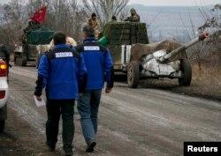 Члени моніторингової місії ОБСЄ біля українських військовослужбовців. Село Парасковіївка, поблизу Артемівська, 26 лютого 2015 року