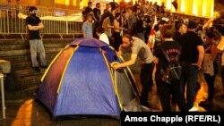 Участники акции установили палатку перед зданием парламента