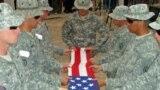 جنود أميركيون يودعون رفيقاً لهم في معسكر أولسن بسامراء-العراق