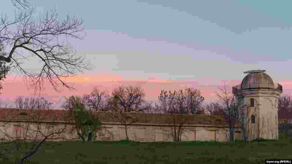 У променях вечірнього сонця – небо над історичною садибою академіка Петра Палласа із забитими фанерою вікнами.  Більше фото заходу сонця над головною річкою Сімферополя – Салгир – у нашій фотогалереї