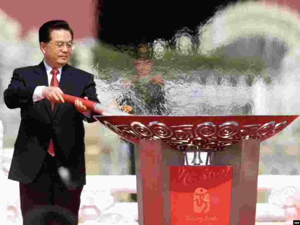 2008 წლის 31 მარტი. ჩინეთის პრეზიდენტი ჰუ ძინტაო ცეცხლს უკიდებს ოლიმპიურ ჩირაღდანს ტიანანმენის მოედანზე, საიდანაც ჩირაღდანმა, ვიდრე პეკინში დაბრუნდებოდა, დედამიწა მოიარა - 130 ათასი კილომეტრი დაფარა.